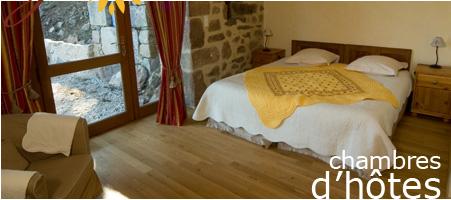 Chambre pittoresque en pierre apparente avec lit double