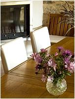 Détail de la table de la salle à manger devant la cheminée